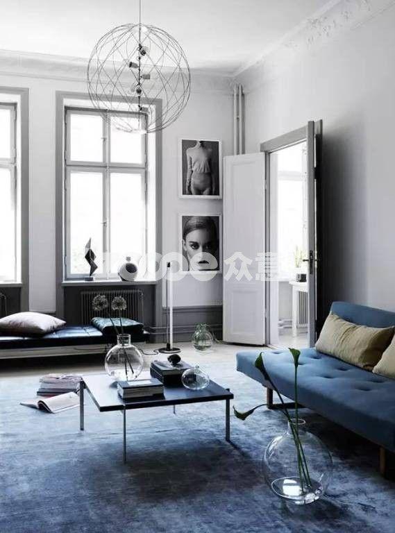 """黑白灰+蓝  黑白灰+黄  黑白灰+粉  黑白灰+金 这是色彩搭配中最常用的强调手法,操作起来也很简单:黑白灰大基底+一个重点色。 黑白灰在色彩体系中可以视为""""消失状态"""",墙色、天花和大面积软装选择黑白灰作为大基底,也就相当于创造了一个空白的画布,这时候你再往里面填充任何东西都错不到哪里去。 接下来只要选定一个自己喜欢的颜色作为重点色,让它反复出现,就会给人一种""""这个家好有设计感!""""""""主人品位超棒!""""."""